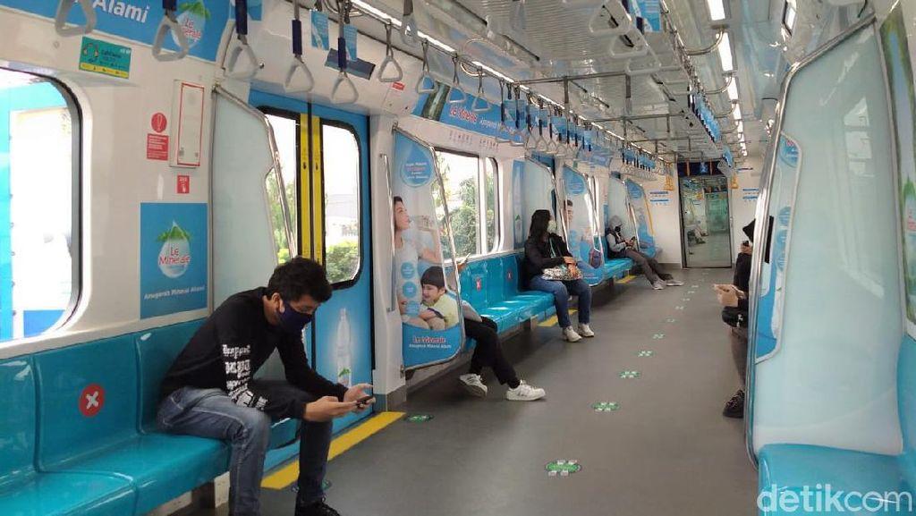 Potret Sepinya Naik MRT Jakarta di Hari Libur