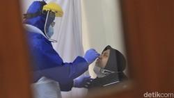 Ratusan warga di kawasan Tanah Abang mengikuti tes swab massal. Tes itu diselenggarakan sebagai salah satu upaya pendeteksian dini virus Corona.