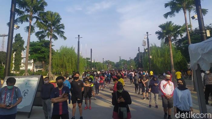 Suasana masyarakat yang mengantre di pintu masuk Ring Road kawasan GBK, Minggu (21/6/2020) pagi.
