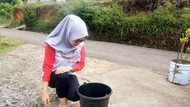 Warga Bengkulu Saksikan Gerhana Dalam Ember Berisi Air