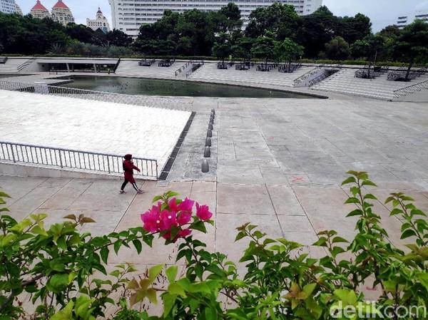 Lapangan Banteng menjadi salah satu ruang terbuka yang tersohor di kawasan ibu kota. Tak hanya menjadi tempat berolahraga, Lapangan Banteng juga kerap jadi destinasi wisata alternatif warga Jakarta.