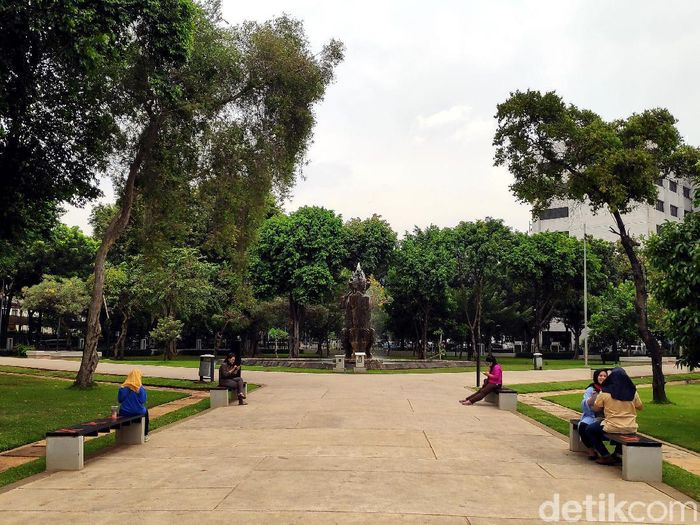 Lapangan Banteng kembali didatangi warga untuk berolahraga atau jalan-jalan di sore hari. Sempat ditutup imbas PSBB, kini Lapangan Banteng dibuka lagi.