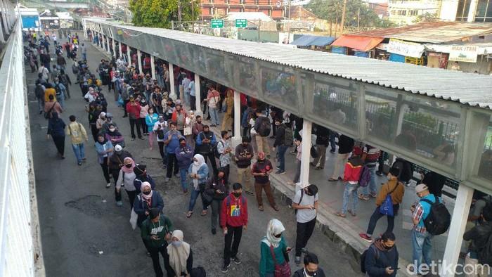 Atrean penumpang KRL yang mengular di Stasiun Bogor, Senin (22/6) pagi.