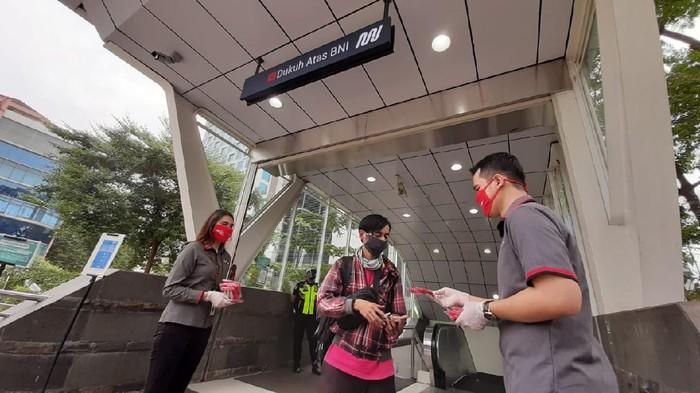 Sebagai bentuk kepedulian terhadap sesama, Bank DKI membagikan masker kepada para penumpang Moda Raya Terpadu (MRT) dalam rangka HUT DKI ke-493.