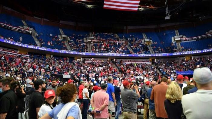 Bagian atas arena terlihat sebagian kosong ketika Presiden AS Donald Trump berbicara selama kampanye di BOK Center pada 20 Juni 2020 di Tulsa, Oklahoma (AFP Photo)