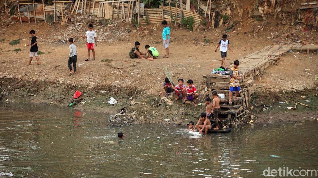 Hiburan Murah Meriah Anak-anak di Bantaran Banjir Kanal Barat
