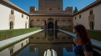 Tahun lalu, Istana Alhambra menyambut 2,7 juta pengunjung. Terdapat interior yang dipenuhi dengan prasasti Arab yang memiliki pola geometris yang sulit. (Jorge Guerrero/AFP)