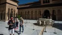 Pada pembukaan pertama ini, Alhambra hanya membuka setengah dari kapasitas normal, yaitu sekitar 4.250 pengunjung. (Jorge Guerrero/AFP)