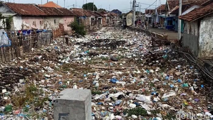 Sungai di Kabupaten Pasuruan tampak tertutup sampah. Sampah peralatan rumah tangga hingga kotoran sapi bercampur bauh di sungai yang menuju ke laut itu.