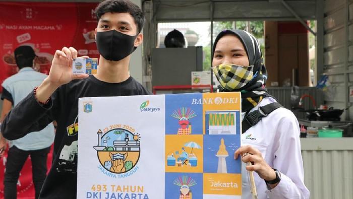 Seorang pengunjung Thamrin 10 menunjukkan kartu JakCard dari Bank DKI edisi khusus HUT DKI Jakarta ke-493. Kartu edisi spesial itu dibagikan dalam rangka menyemarakan Hari jadi Jakarta dengan bertema
