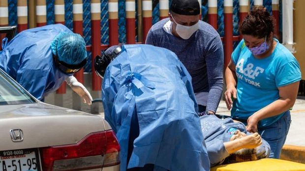 pria mencoba menyelamatkan neneknya yang terinfeksi COVID-19