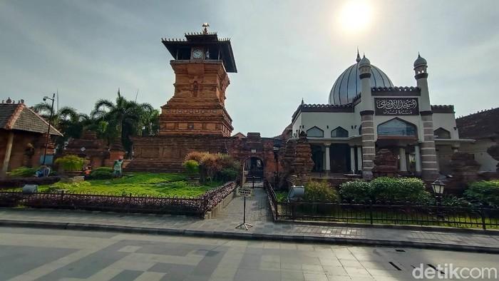 Kompleks menara, masjid, dan makam Sunan Kudus, di Kudus, Jawa Tengah.