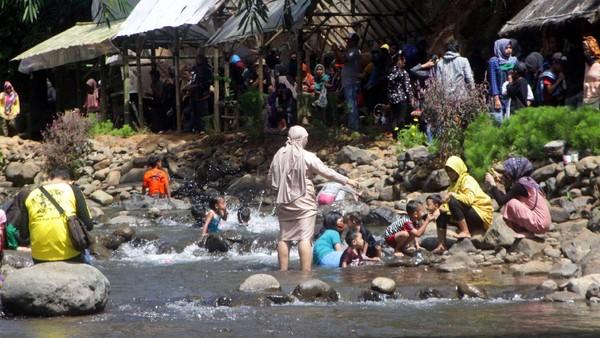 Dengan modal Rp 5.000 saja, wisatawan dapat masuk dan menikmati keindahan alam dan sungai yang jernih sampai sepuasnya tanpa bosan. (Muhamad Rizal/detikcom)
