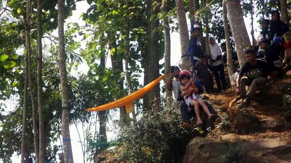 Ada juga wahana Flying Fox. Lokasi wisata Leuwi Seeng ini tidak jauh dari lokasi Wisata Jatigede. (Muhamad Rizal/detikcom)