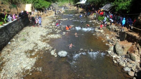 Obyek wisata Leuwi Seeng berada di Desa Kaduwulung, Kecamatan Situraja, Kabupaten Sumedang, Jabar. Tempat wisata ini bisa banget dikunjungi bersama keluarga. (Muhamad Rizal/detikcom)
