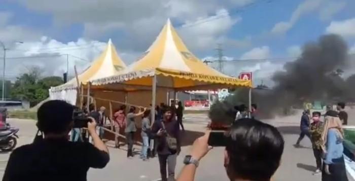 Puluhan mahasiswa dari IAIN Kendari memblokade akses jalan masuk tepat di gerbang perbatasan Ranomeeto tepatnya perbatasan dari Konawe Selatan dan Kota Kendari.