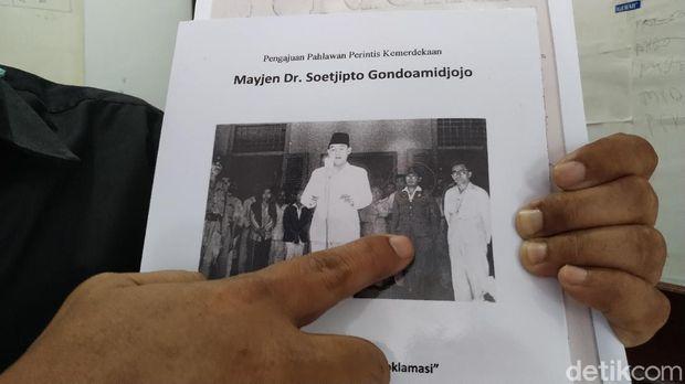 Banyak dari kita yang sering melihat foto pembacaan teks Proklamasi di Jalan Pegangsaan Timur, Jakarta, 17 Agustus 1945. Namun tak banyak yang tahu siapa tokoh yang berdiri di belakang Soekarno, tepat di sebelah kanan Mohammad Hatta.
