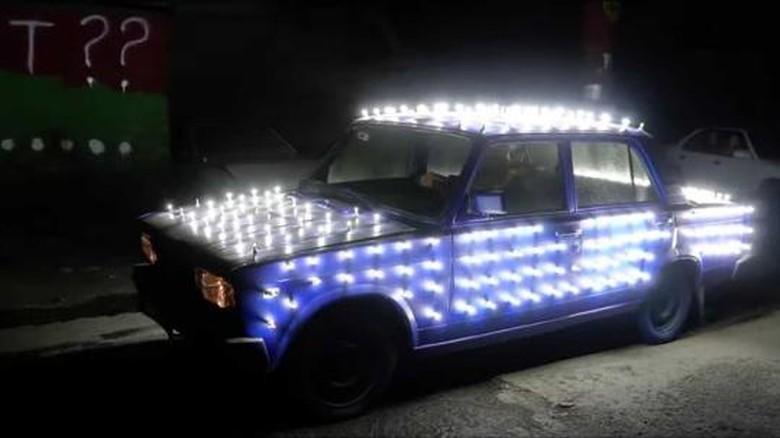 Modifikasi mobil pakai 300 buah lampu LED
