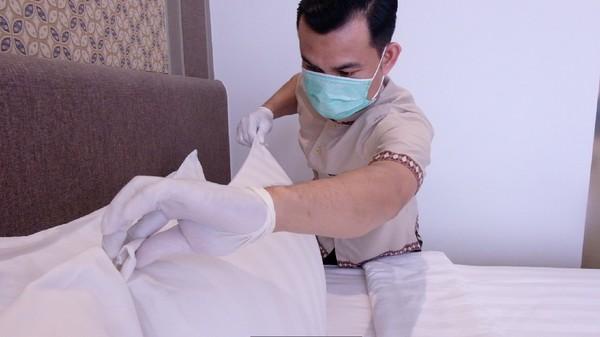 Untuk kamar tamu, penggantian sprei dan duvet tempat tidur, sarung bantal juga dilakukan langsung setelah tamu yang sebelumnya check-out seperti yang memang sudah menjadi standar SOP (dok Parador Hotels & Resort)