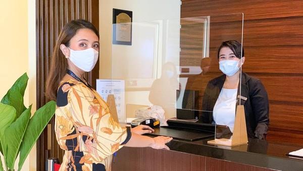 Begitu pun saat kedatangan di lobi hotel, protokol kesehatan yang sama pun diterapkan dan ditambahkan dengan pemasangan stiker jaga jarak antrean dan partisi akrilik di meja resepsionis antara karyawan dengan tamu (dok Parador Hotels & Resort)
