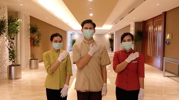 Seluruh karyawan hotel yang bertugas juga dilengkapi dengan alat pelindung diri seperti face shield, masker dan sarung tangan, disesuaikan juga dengan tugas pekerjaan masing-masing (dok Parador Hotels & Resort)