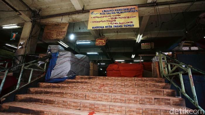 Pasar Minggu ditutup sejak 20-22 Juni 2020. Pasar di kawasan Jakarta Selatan itu pun sepi ari dari hiruk-pikuk pedagang dan pengunjung. Begini suasananya.