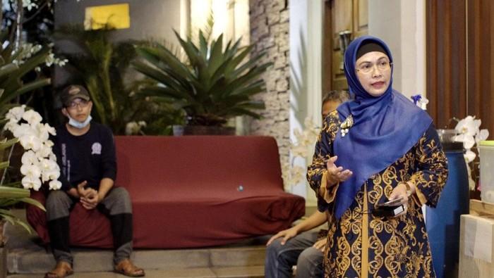 Bakal calon Wali kota Tangsel Siti Nur Azizah yang juga merupakan anak Wapres Maruf Amin menyikapi persoalan sampah yang terjadi di Tangerang Selatan. Ia pun memperkenalkan Jelita.