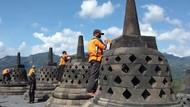 Candi Borobudur Kembali Dibersihkan dari Abu Vulkanik Merapi