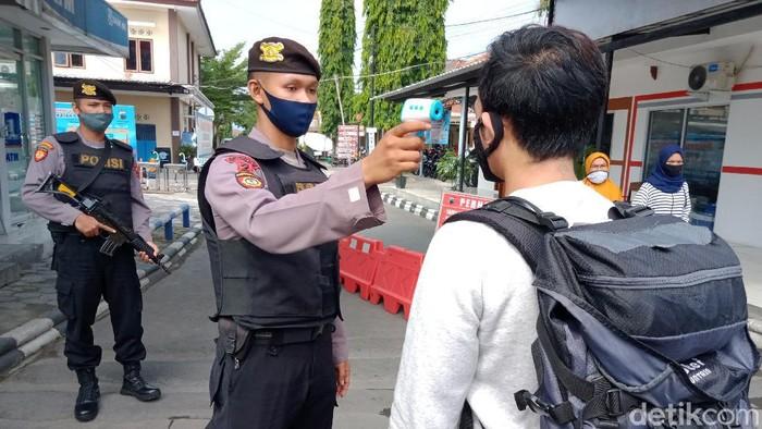 Petugas bersenjata mengawal pemeriksaan di pos belakang Mapolres Klaten