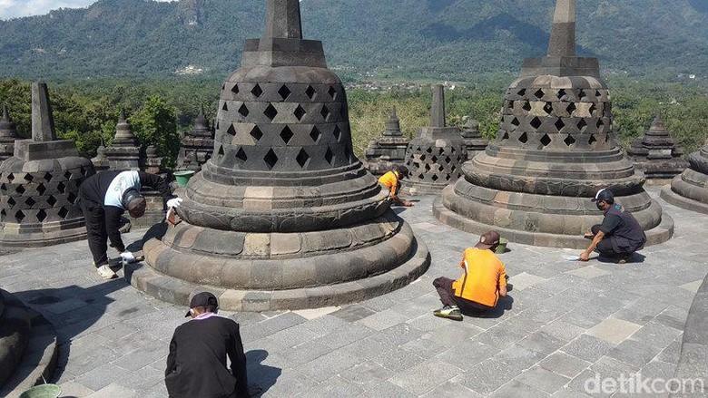 Balai Konservasi Borobudur (BKB) kembali membersihkan abu vulkanik akibat erupsi Gunung Merapi yang menempel di bebatuan Candi Borobudur.