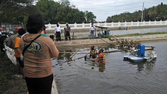 Petugas mengevakuasi jasad korban yang tewas di tambak udang di Kulon Progo, Senin (22/6/2020).