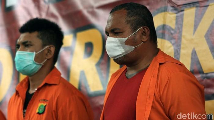 Polda Metro Jaya menggelar jumpa pers terkait kasus penembakan di Perumahan Green Lake, Tangerang. Dalam jumpa pers ini, John Kei dkk dipamerkan.