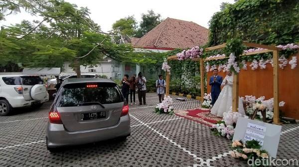 Public Relation Metland Hotel Cirebon, Wily Asih mengatakan munculnya ide paket wedding drive thru tersebut dilatarbelakangi banyak permintaan konsumennya yang ingin melangsungkan pernikahan.