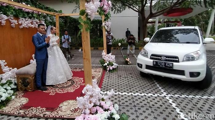 Pandemi COVID-19 membuat sejumlah pasangan menunda resepsi pernikahan. Kondisi itu membuat sebuah hotel di Cirebon hadirkan layanan paket Wedding Drive Thru.