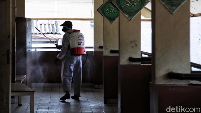 Petugas PMI melakukan penyemprotan desinfektan di salah satu sekolah Kemayoran, Jakarta Pusat, Senin (22/6). Penyemprotan untuk membunuh virus Corona.