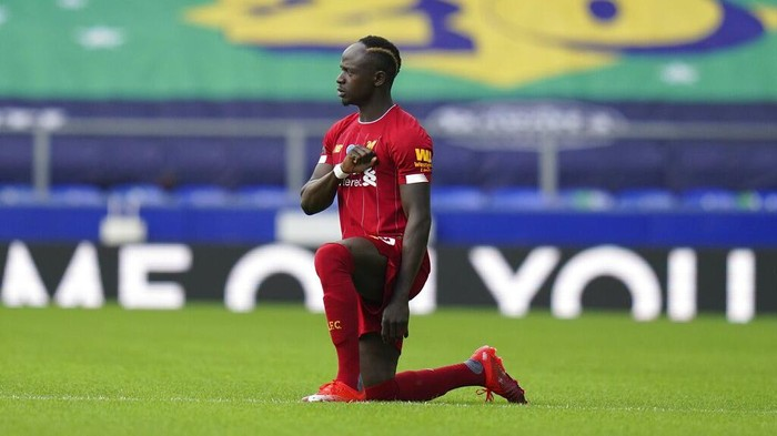 Liverpools Sadio Mane takes the knee before the English Premier League soccer match between Everton and Liverpool at Goodison Park in Liverpool, England, Sunday, June 21, 2020. (AP photo/Jon Super, Pool)