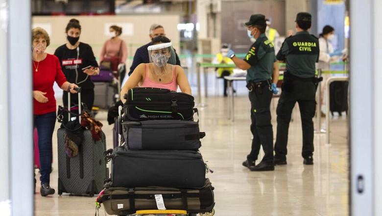 Spanyol melonggarkan pembatasan aktivitas usai sebelumnya terapkan lockdown selama beberapa bulan. Para turis asing pun kembali diizinkan masuk Negeri Matador.