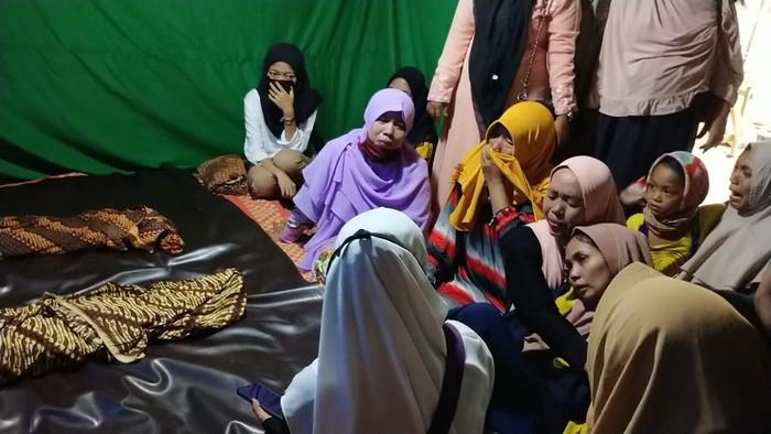 Suasana di rumah duka 2 bocah diduga dibunuh ayah tiri di Medan (Datuk Haris-detikcom)