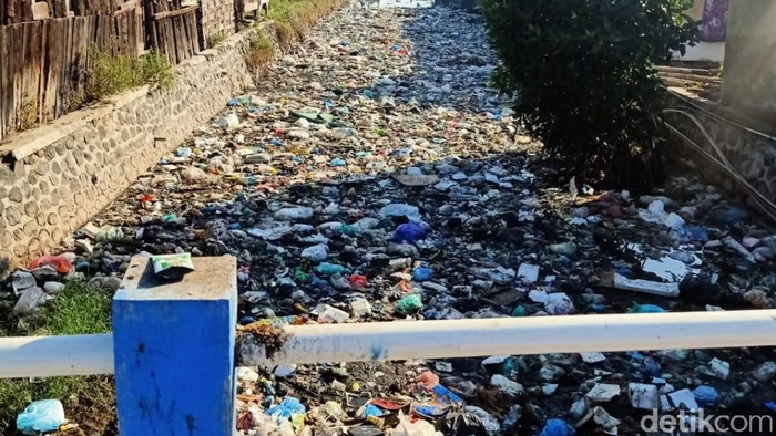 sungai penuh sampah di pasuruan