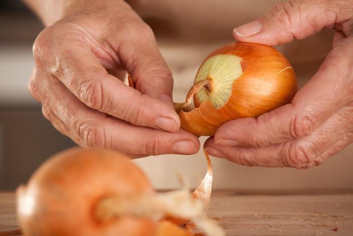 Tips mengupas kulit bawang bombai