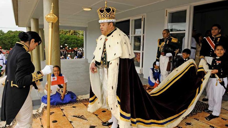 (FILES) This file photo taken on August 1, 2008 shows the newly crowned King Siaosi (George) Tupou V of Tonga wears a maroon-coloured cape trimmed with white ermine fur and a three metre-long train carried by child pages as he emerges from his lavish Christian coronation ceremony at the Centenary Free Wesleyan Church in Nukualofa.  The The King of Tonga George Tupou V died on March 18, 2012 in a Hong Kong hospital, the Matangi Tonga Online reported, but there was no immediate confirmation from Tongan authorities.   AFP PHOTO / Peter HALMAGYI / FILES