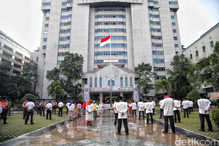 Sejumlah pegawai PNS melakuan  upacara HUT DKI Jakarta ke-493 dengan melakukan protokol kesehatan physical distancing di kawasan kantor Walikota Jakarta Utara, Senin (22/6). Upacara perdana di masa pandemi COVID-19 tersebut hanya melibatkan 50 peserta upacara dan mengutamakan ketentuan protokol kesehatan.