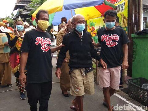Warga menyambut kedatangan Syamsuri dari rumah sakit