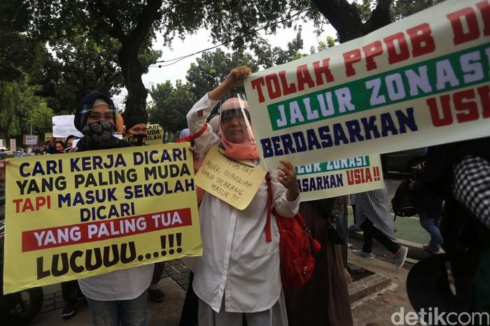 Pemprov DKI Jakarta mengeluarkan aturan penerimaan sekolah berdasarkan zonasi yang mengacu pada usia siswa. Aturan ini menuai sejumlah protes warga.