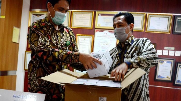 Bantuan masker bedah dan masker N95 untuk para petugas medis di RS Kanker Dharmais untuk menanggulangi dampak pandemi COVID-19 terus mengalir.
