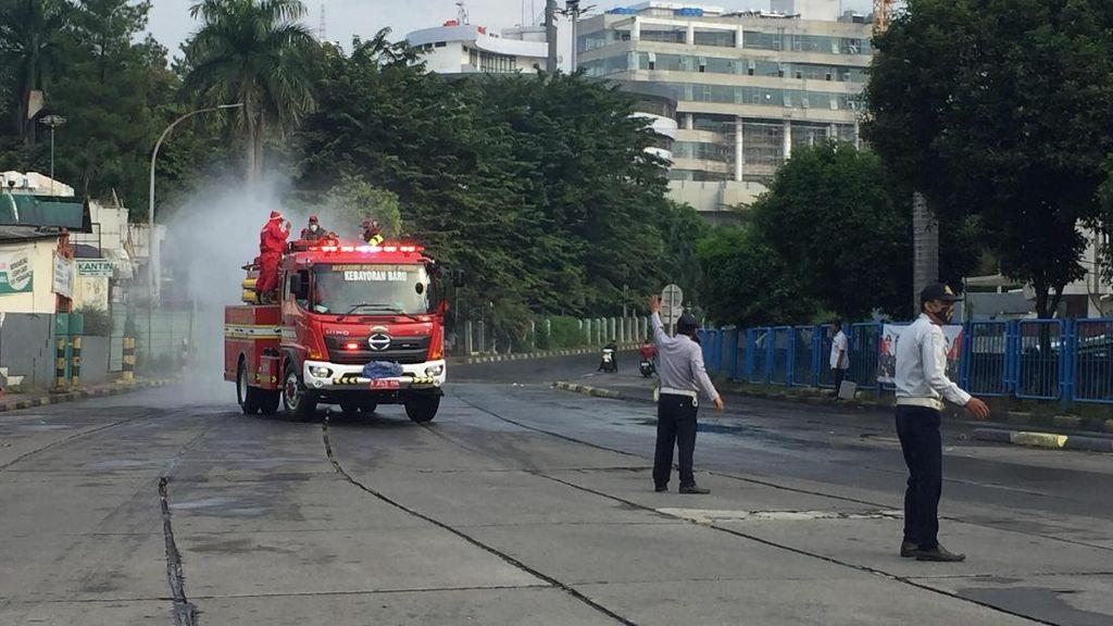 76 Petugas Damkar DKI Semprotkan Disinfektan di Kawasan Blok M Pagi Ini