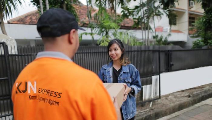 Di Masa PSBB Transisi, kini masyarakat di Jakarta mulai terbiasa untuk belanja bahan pokok dan sayur mayur melalui teknologi online.