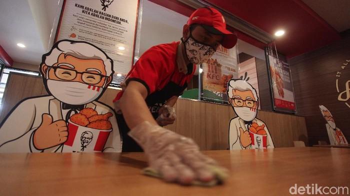 Protokol new normal kreatif hadir di gerai fast food KFC Indonesia. KFC menghadirkan maskot Colonel Sanders di kursi untuk menemani pengunjung.