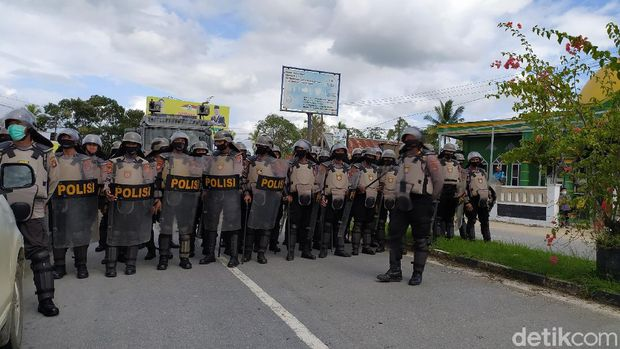Massa mahasiswa hingga anggota DPRD di Kendari Sultra berunjuk rasa menolak kedatangan 500 TKA China (Sitti-detikcom).