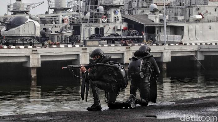 Pasukan Kopaska TNI AL melakukan Latihan Peperangan Laut Khusus di kawasan Dermaga Pondok Dayung, Jakarta Utara, Selasa (23/6).  Latihan ini bertujuan untuk meningkatkan kemampuan, keterampilan serta kesiapsiagaan pasukan Kopaska TNI AL untuk menjaga keamanan dan kedaulatan Negera Republik Indonesia di bidang maritim.